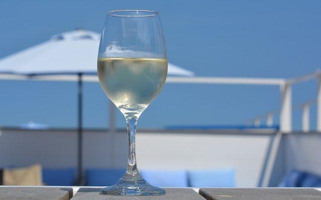 Waarom witte wijn eigenlijk niet bestaat!